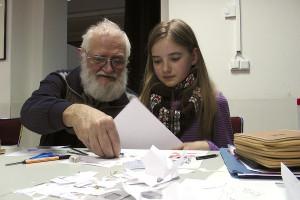16 Dr. Klausjörg Herrmann und Paula Lorenz arbeiten am Storybord